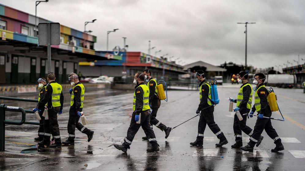 Foto: Militares desinfectando en Mercamadrid. (EFE)
