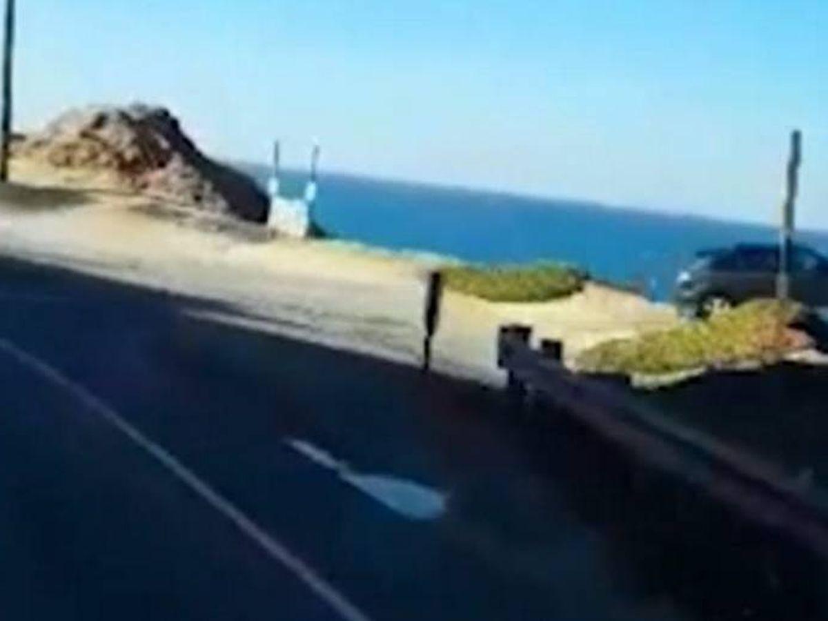 Foto: Momento en el que el vehículo vuela por el acantilado.