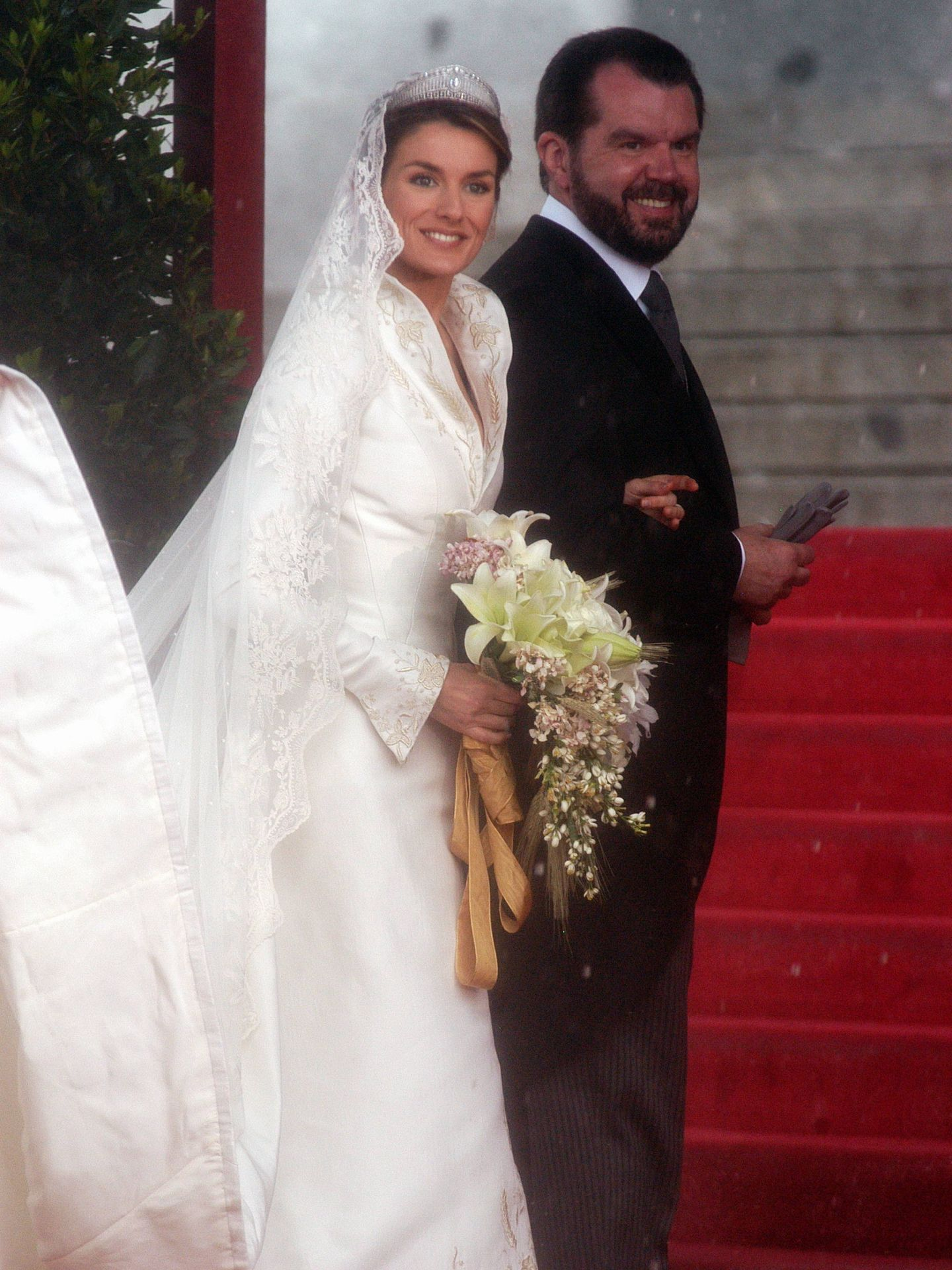 Jesús Ortiz, entrando a la catedral con su hija Letizia. (Cordon Press)