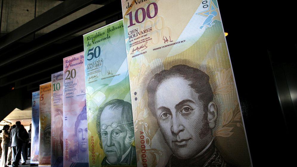 Foto: Carteles con los diferentes billetes del 'bolívar fuerte' en el Banco Central de Venezuela. (Reuters)