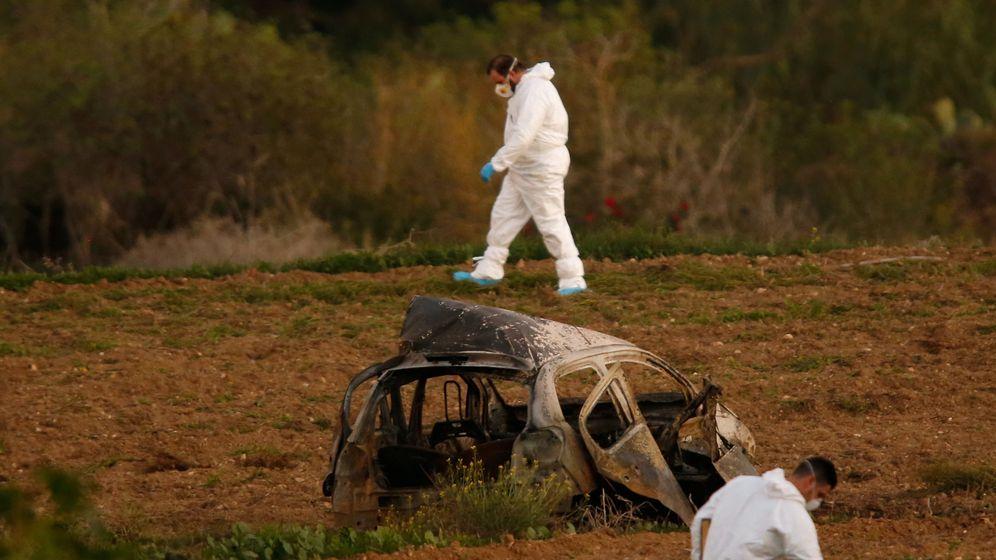Foto: Forenses buscan pistas en la escena de la explosión que acabó con la vida de Daphne Caruana Galizia, en Bidnija, Malta. (Reuters)
