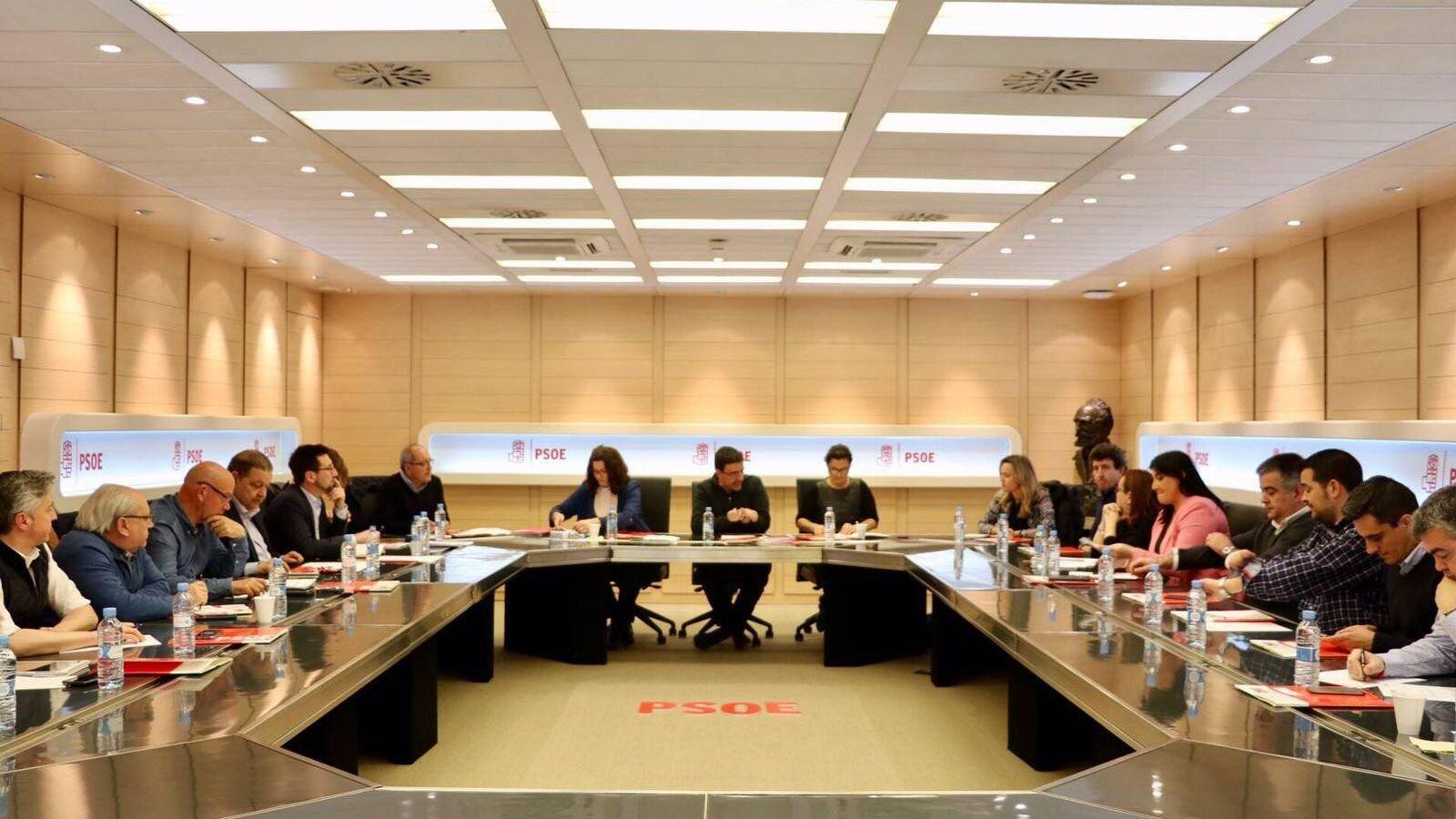 Foto: Mario Jiménez, Ascensión Godoy y Laura Seara, reunidos en Ferraz con los secretarios de Organización regionales este 31 de marzo. (Twitter PSOE)