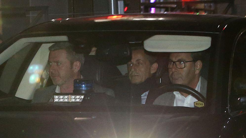 Foto: Nicolas Sarkozy, a la salida de las oficinas de la policía judicial en Nanterre, cerca de París, el 21 de marzo de 2018. (Reuters)