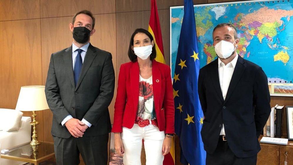 Foto: La ministra de Industria, Turismo y Comercio, Reyes Maroto (c), posa con Fernando Valdés (i), secretario de Estado de Turismo. (EFE)