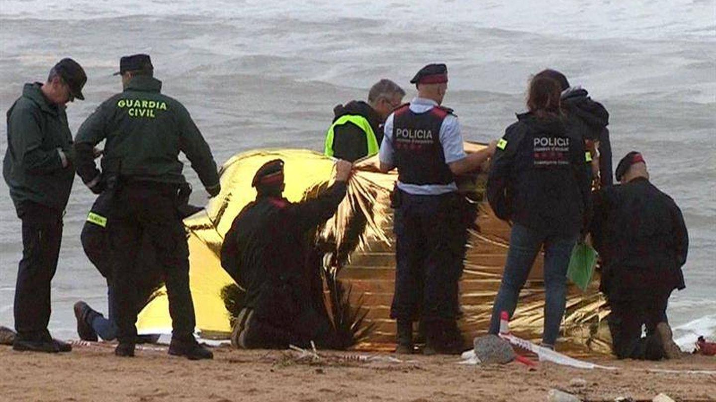 Agentes encuentran el cadáver esta mañana en una playa de Caldes d'Estrac (Barcelona). (EFE)