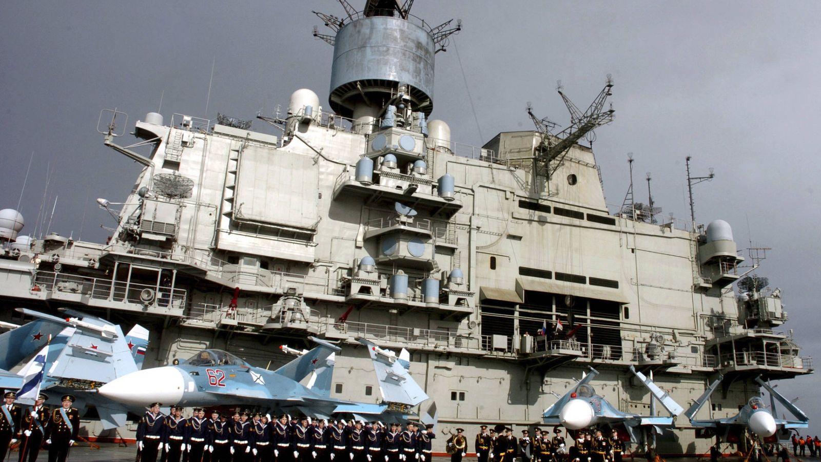 Foto: El portaaviones ruso Kuznetsov en la base naval de Tartus, Siria (Reuters).