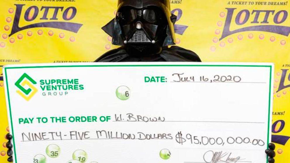 Gana medio millón a la lotería y va a cobrar disfrazado de Darth Vader