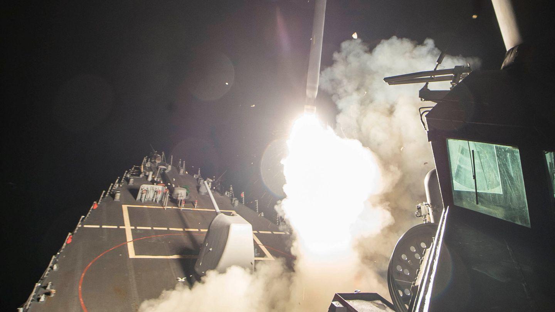 Lanzamiento de un misil Tomahawk desde un destructor estadounidense contra la base aérea siria de Sharyat, en abril de 2017. (Reuters)