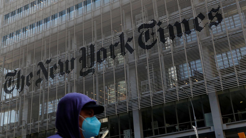 Un hombre con una mascarilla al lado del edificio del 'New York Times'. (Reuters)