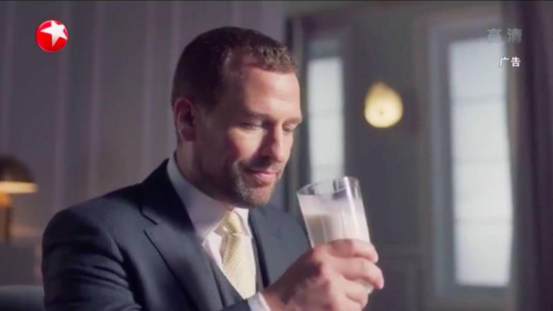 Una de las escenas del anuncio de Peter Phillips en la televisión china. (Dragon TV)