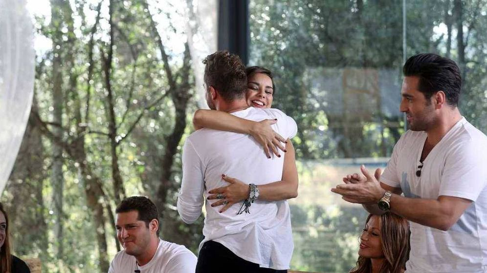 Foto: David Bisbal y Chenoa se abrazan en el reencuentro de 'OT' (TVE)