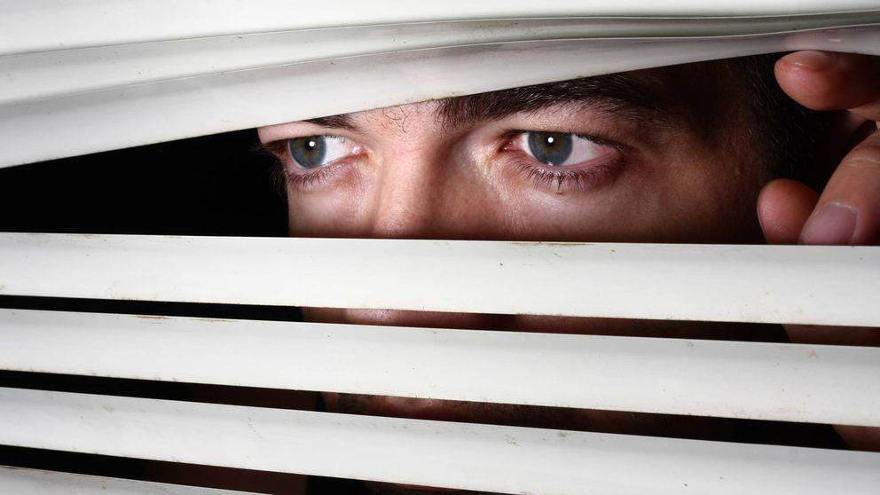 Por qué a veces sientes que alguien te está mirando: la explicación psicológica