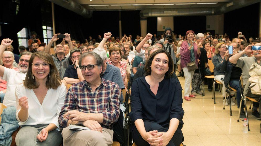 Foto: La alcaldesa de Barcelona, Ada Colau (d), junto a los números dos y tres de los 'comuns', Joan Subirats (c) y Janet Sanz (i), durante una asamblea del partido. (EFE)