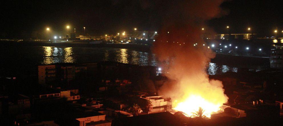 Foto: Vista de un incendio en la zona costera de la localidad de Iquique (Efe)