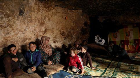 Familias desplazadas viven en refugios subterráneos en Idlib