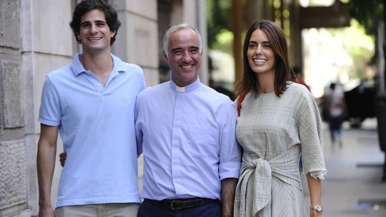Fernando y Sofia, con el padre Sánchez-Dalp, horas antes de su boda. (Cordon Press)