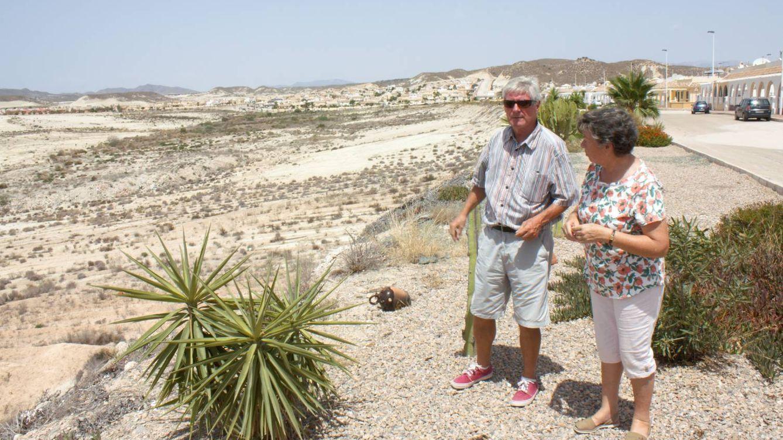 Foto: Phil Gelling y Silvana Buxton, de la asociación de vecinos de Camposol, el viernes pasado. (R. M.)