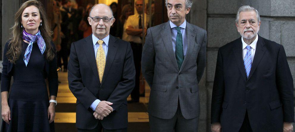 Foto: El ministro de Hacienda y Administraciones Públicas, Cristóbal Montoro (2i), junto a la secretaria de Estado de Presupuestos y Gastos, Marta Fernández Currás, e