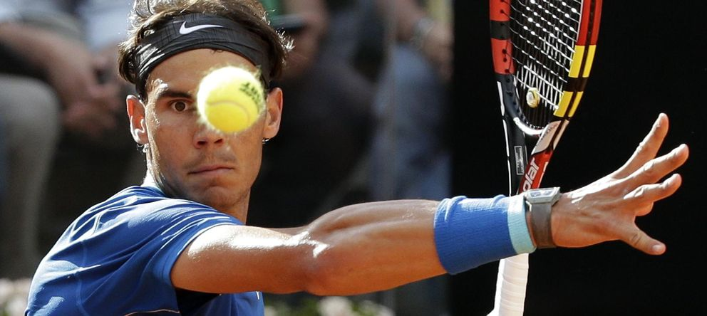 Foto: Rafa Nadal devuelve la pelota a Mikail Youzhny (Reuters).