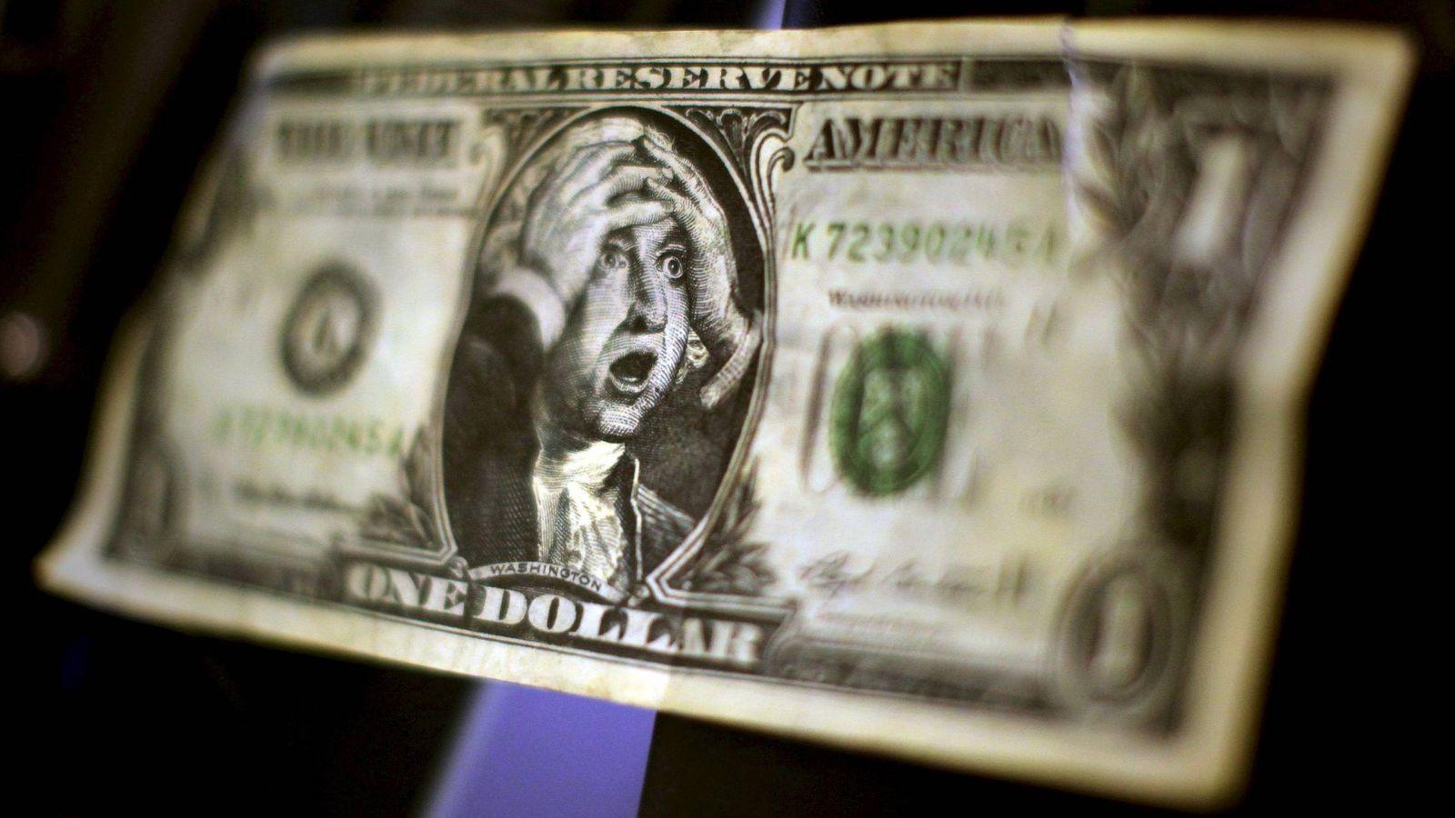Foto: Un billete de un dolar falso con la imagen de George Washington llevandose las manos a la cabeza. (EFE)