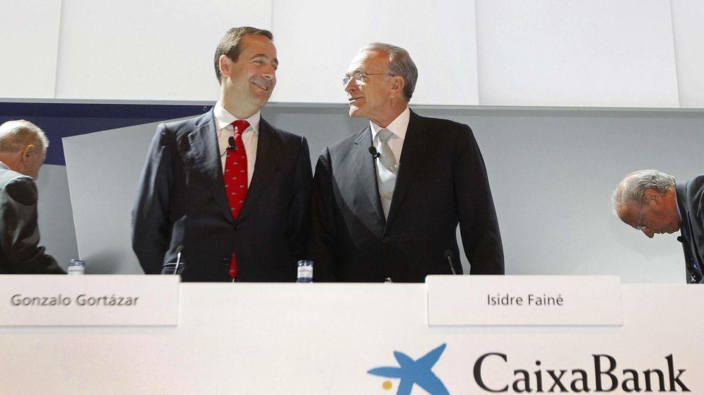 Foto: El presidente de CaixaBank, Isidre Fainé (d), y el consejero delegado, Gonzalo Gortázar (i). (EFE)