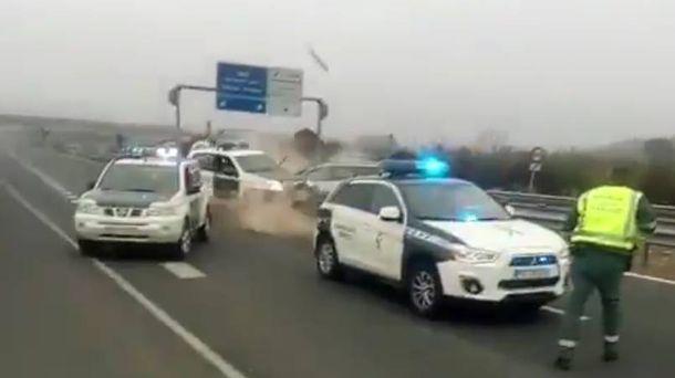 Foto: Momento en el que el vehículo embiste a uno de los coches de la Guardia Civil. (@Gserrano_DGT)