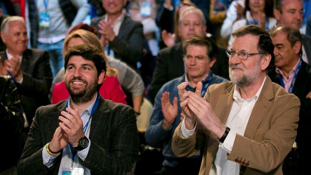 Foto: El presidente del Gobierno, Mariano Rajoy junto al flamante presidente del PP en Murcia, Fernando López Miras. (EFE)