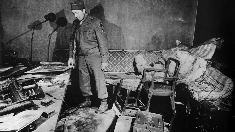 Un soldado inspecciona los restos del búnker de Hitler. (Cordon Press)