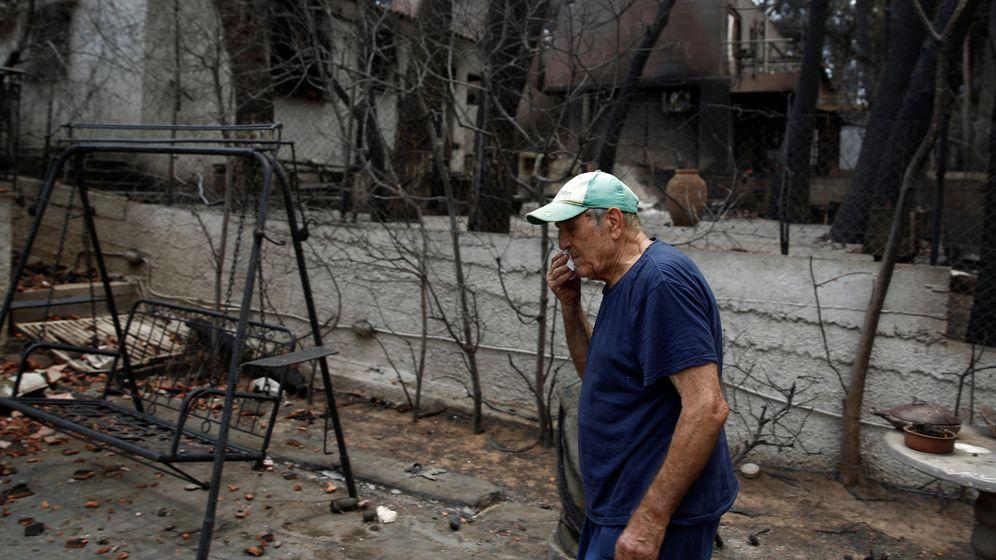 Foto: Un hombre se enjuaga las lágrimas en el patio de su casa, totalmente destruida por las llamas, en Mati, cerca de Atenas, el 28 de julio de 2018. (Reuters)
