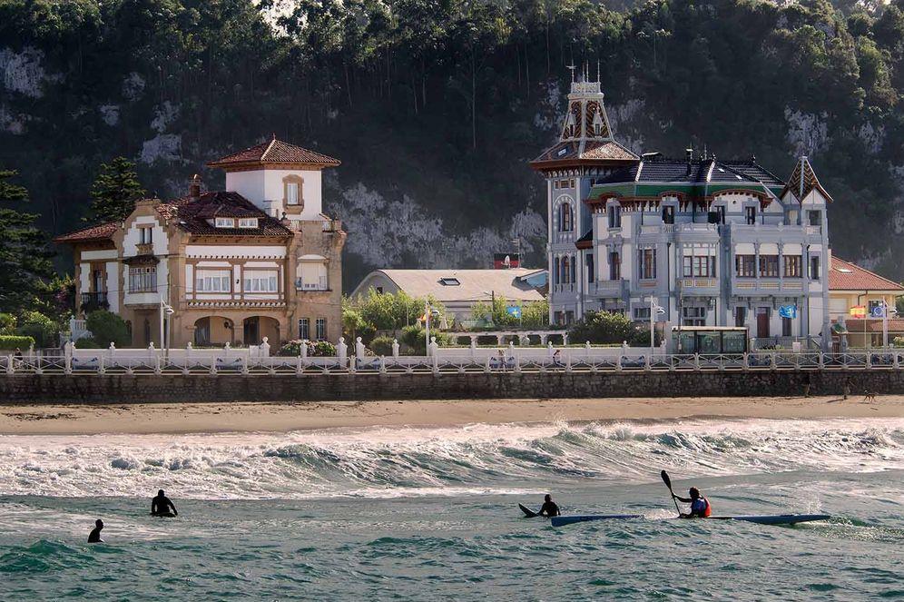 Foto: La playa de Santa Marina con casonas de indianos de fondo. (Foto: Turismo de Ribadesella)