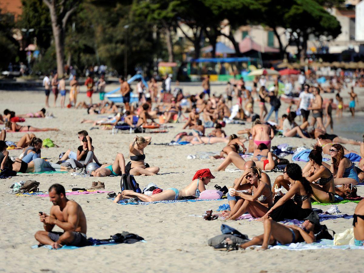 Foto: Bañistas disfrutando de la playa en Palermo