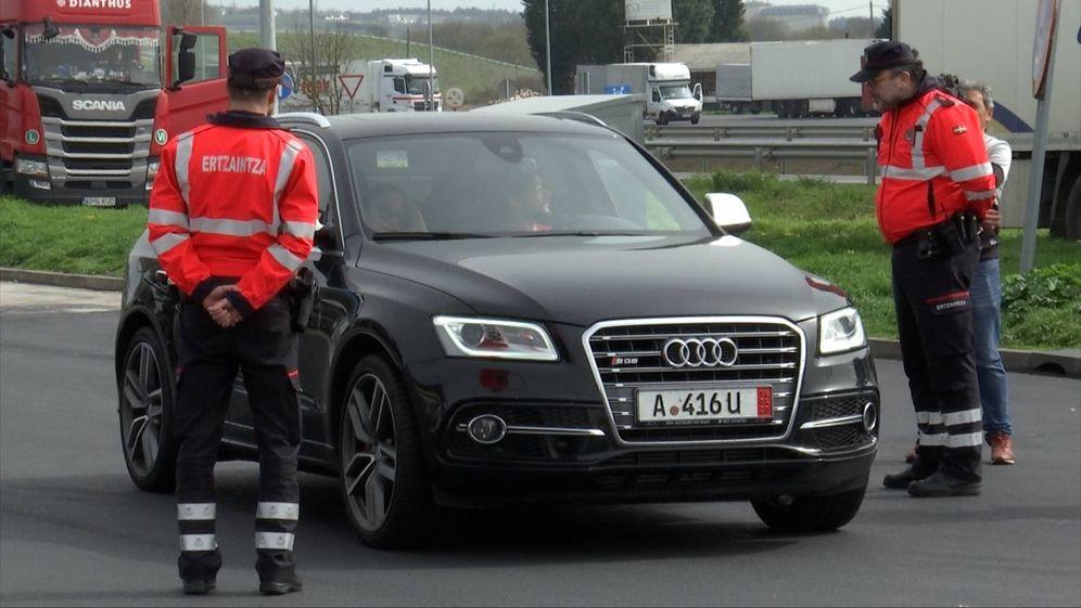 Foto: Dos agentes de la Ertzaintza, en un control para evitar desplazamientos no permitidos. (Irekia)