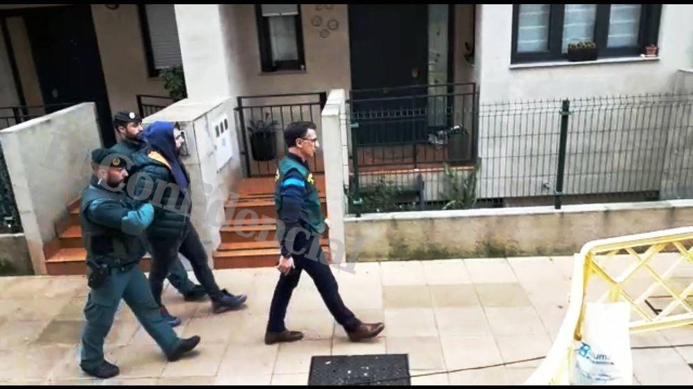 Foto: Agentes de la Guardia Civil trasladan a Pedro Luis Nieva, presunto instigador del asesinato de Juan Ardines, tras el registro en su domicilio de Amorebieta. (J. M. A.)
