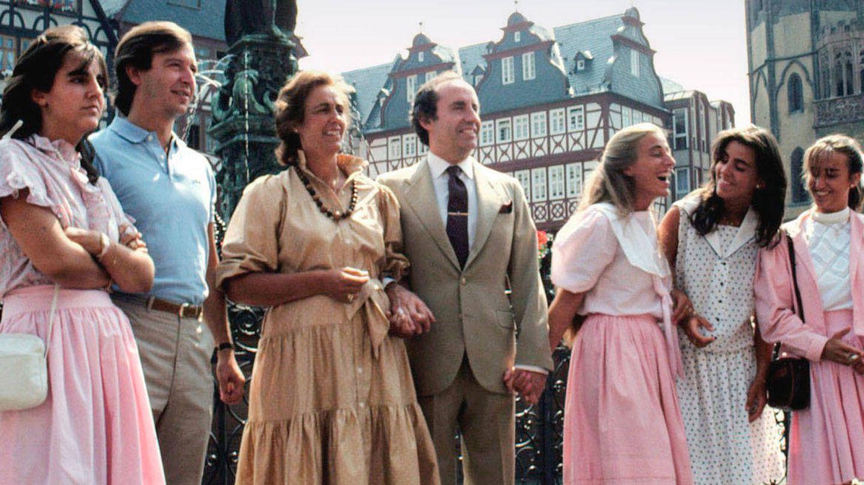 El matrimonio Ruiz-Mateos, con algunos de sus hijos. (Cordon Press)