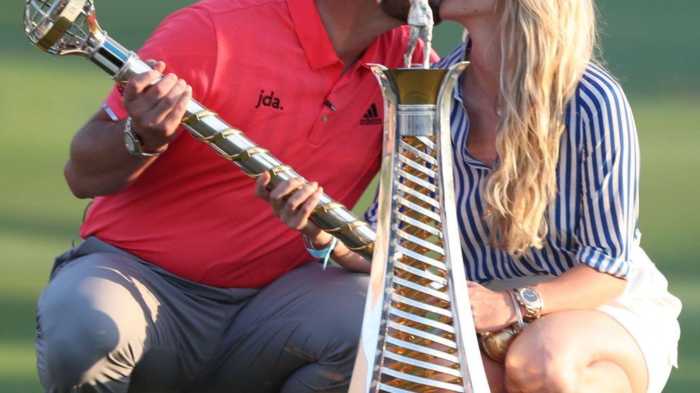 Foto: Jon Rahm y Kelley Cahill celebran un triunfo en Dubái. (EFE)