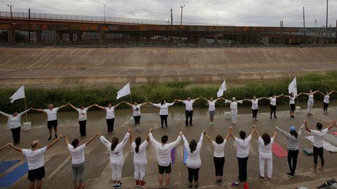 Clases de yoga en la frontera de EEUU con México contra el muro de Trump