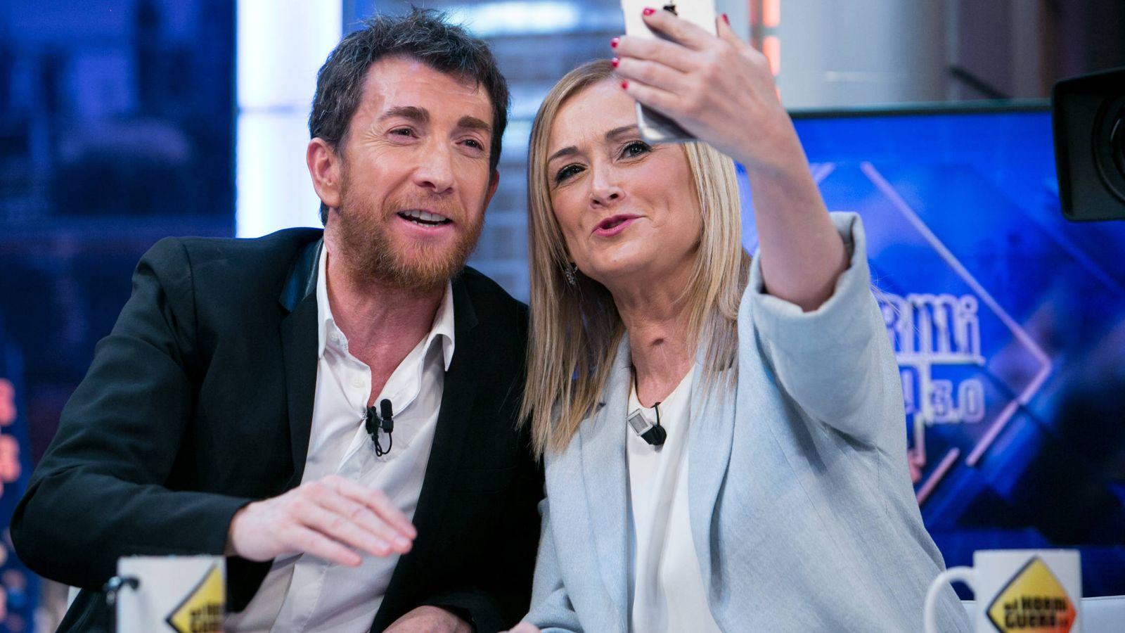 Foto: Motos y Cristina Cifuentes durante una entrevista. (Getty)