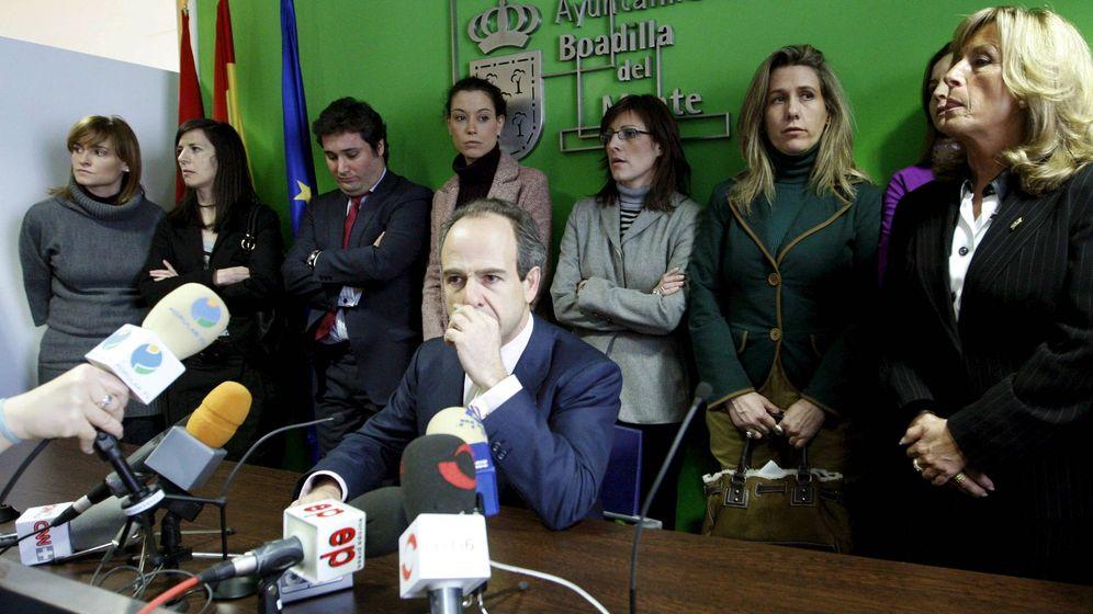 Foto: El exalcalde Arturo González Panero, con parte de su equipo en una foto de archivo de 2009. (EFE)