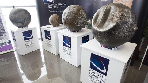 Perú muestra las esferas de metal caídas del cielo en la región sureña de Puno