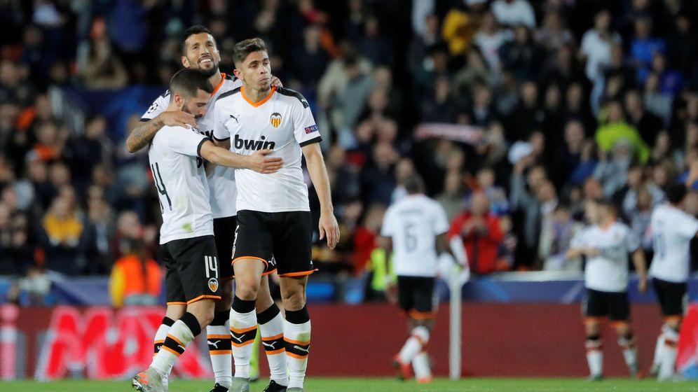 Foto: Los jugadores del Valencia se abrazan al vencer al Lille. (Reuters)