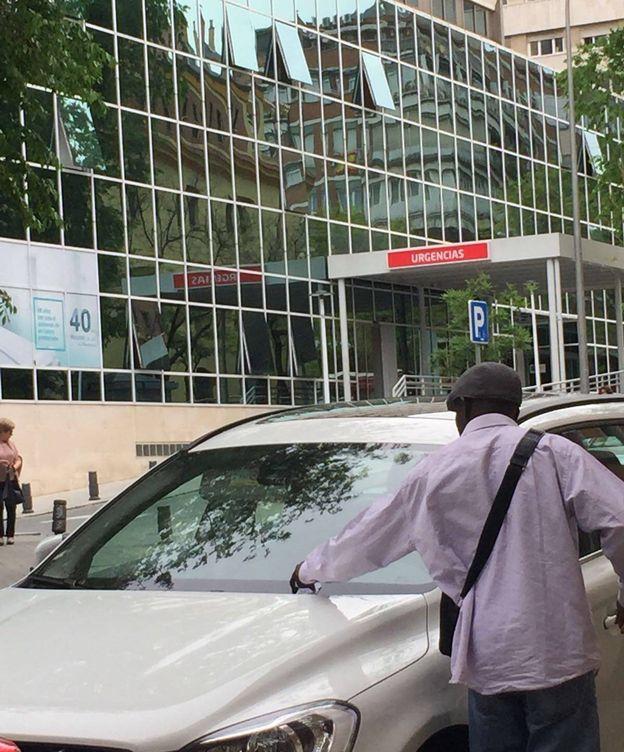 Foto: Uno de los gorrillas, cambiando uno de los tiques en un coche junto al Hospital La Luz. (EC)