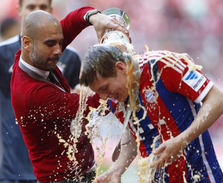 Guardiola celebra con Kroos su primera Bundesliga con el Bayern. (Reuters)