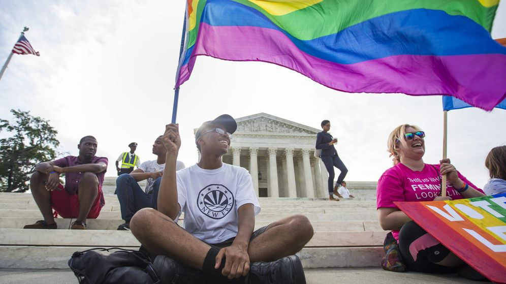 Foto: Manifestantes celebran la legalización del matrimonio homosexual frente el Tribunal Supremo de Washington (EFE)