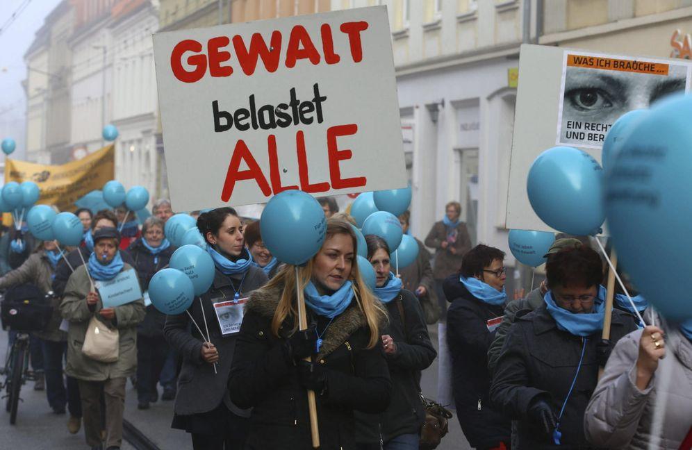 Foto: Un grupo de mujeres sostiene pancartas en las que se puede leer La violencia nos afecta a todos, en Schwerin. (EFE)