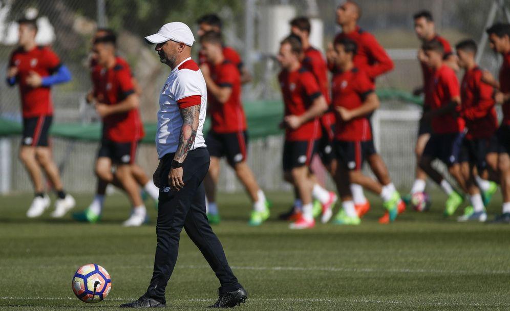 Foto: En la imagen, Jorge Sampaoli durante un entrenamiento del Sevilla. (EFE)