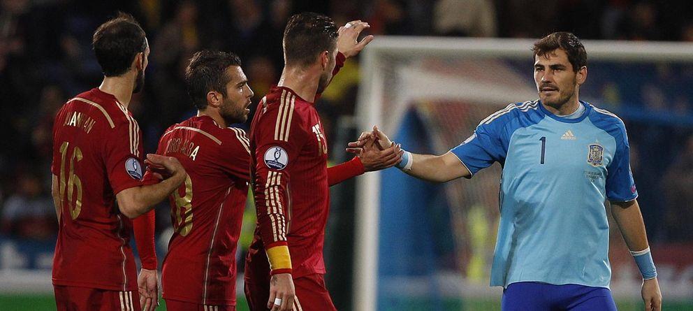 Foto: Iker Casillas, felicitado por sus compañeros después del partido ante Bielorrusia.