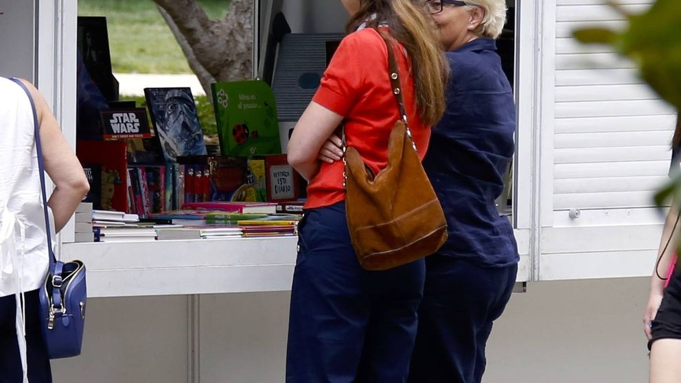 La infanta Elena, día de libros y terrazas junto su 'bestie' Rita Allendesalazar