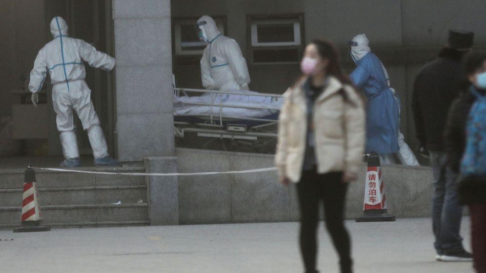 Foto: Labores del equipo médico en el hospital de Jinyintan, en Wuhan. (Reuters)