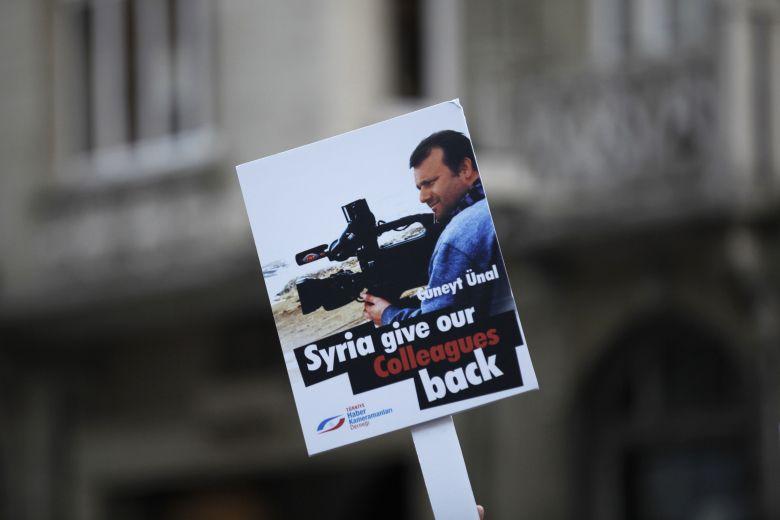 Un cartel pide la liberación del camarógrafo Cuneyt Unal (Reuters).