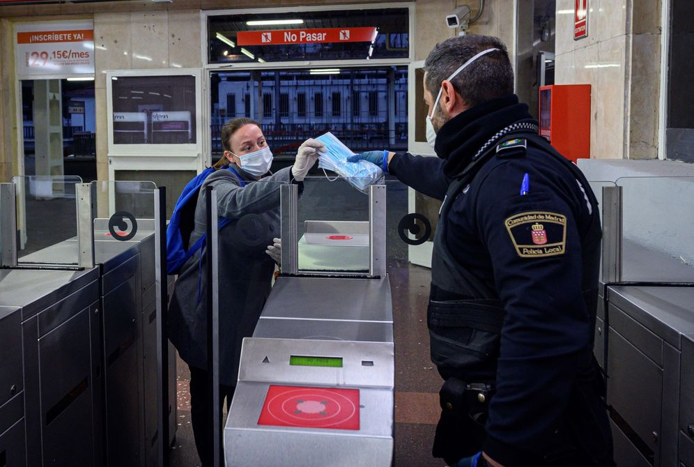 Foto: Entrega de mascarillas para el regreso al trabajo. EFE